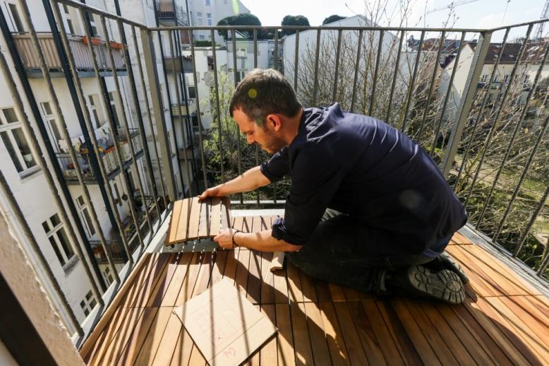 Arne verlegt das Holz-Parkett
