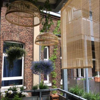 Abgehängte Blumenampeln, Balkon Sichtschutz